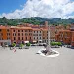 Mazzini广场 - 火烧面石板铺的路面。