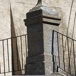 поставка и установка постамента из камня с обожжённой поверхностью, обработанного вручную