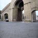 Porta Romana - Steinlieferung für Fußweg mit Fischgrätmuster