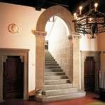 portail et escalier en Pietra Serena